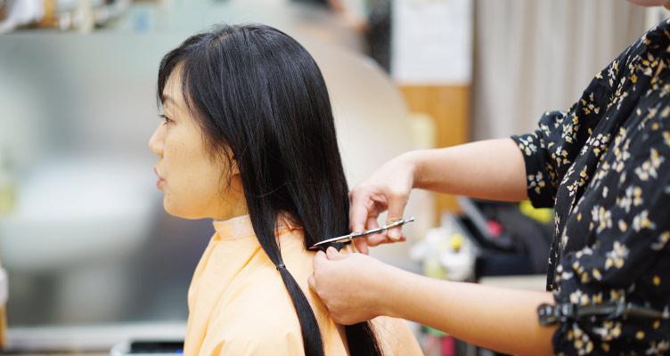 長い髪を切る瞬間