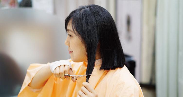 自分で髪を切る瞬間